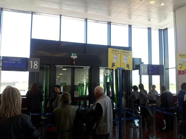Learn Italian words and sentences useful at the airport: imperativo formale
